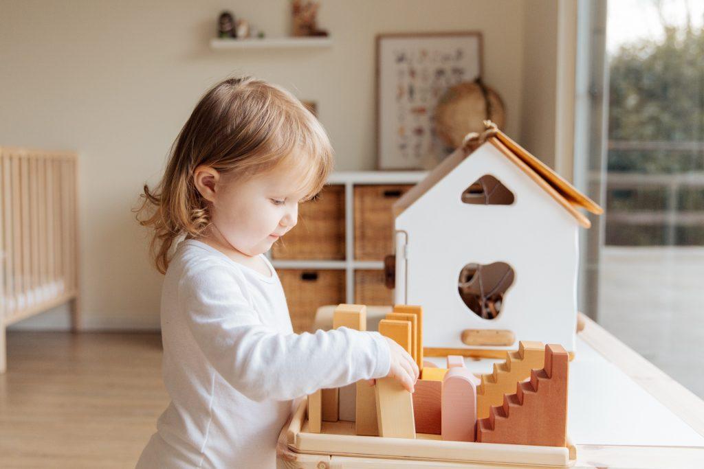 Drewniane zabawki to wspaniała dekoracji pokoju dziecięcego