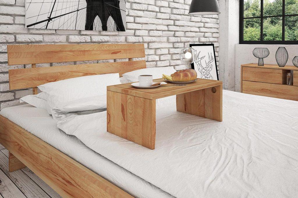 Drewniany stolik śniadaniowy jest praktyczny i umili każdy poranek