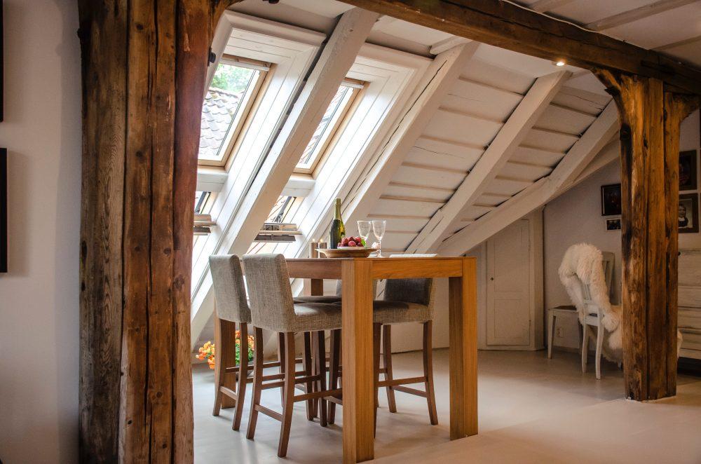 Drewniane meble i dodatki ocieplą każde wnętrze