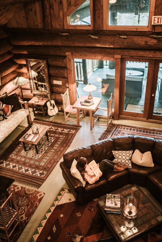 Stylowy salon z drewnianymi meblami