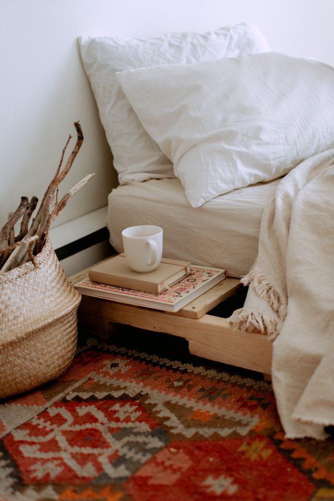 łóżko drewniane z półką