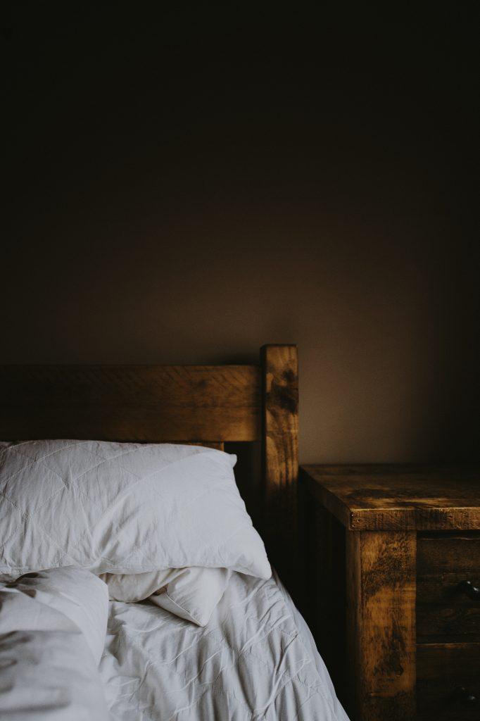 Meble drewniane wykończone w stylu surowym