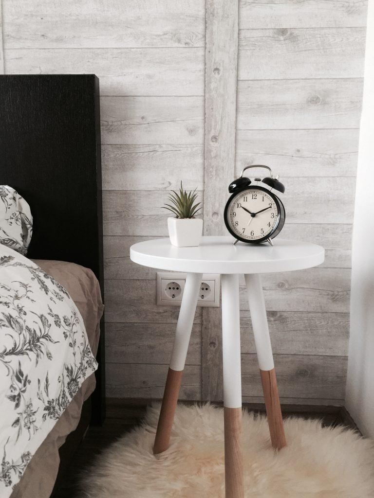 Stolik w sypialni