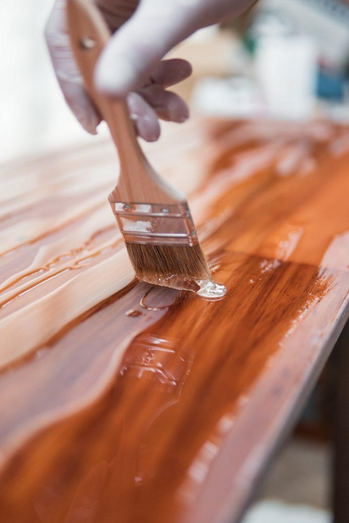 Drewniane meble w trakcie renowacji
