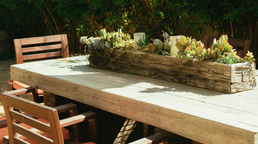 Drewniane meble ogrodowe – czy to dobry pomysł?