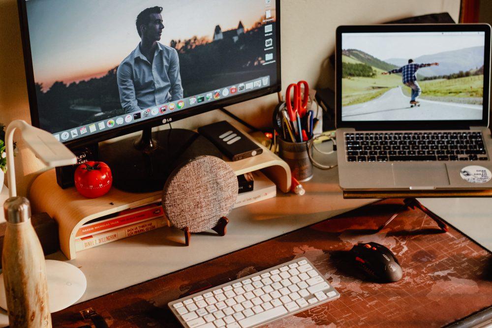 Drewniane gadżety na biurko — prosty sposób na organizację i dekorację miejsca pracy lub nauki