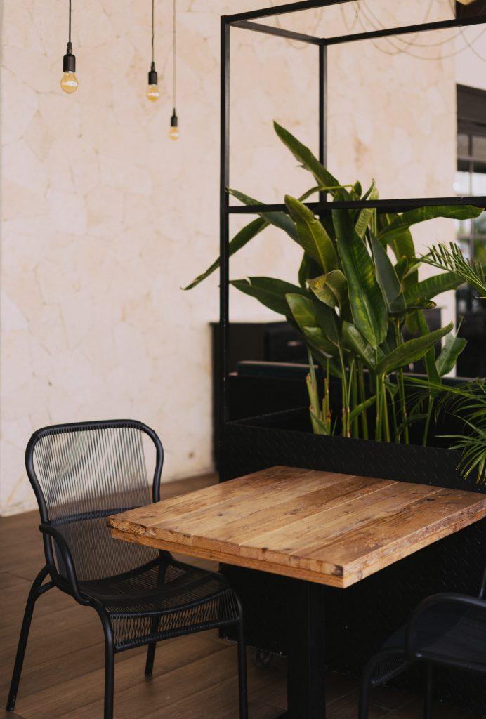 Kwadratowy stolik z drewna