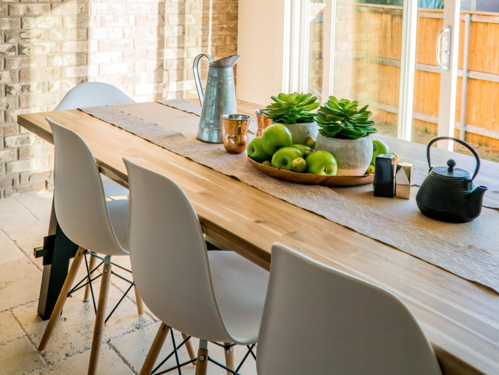 Stół drewniany – czym pielęgnować lite drewno, aby na długo zachowało swoje piękno?