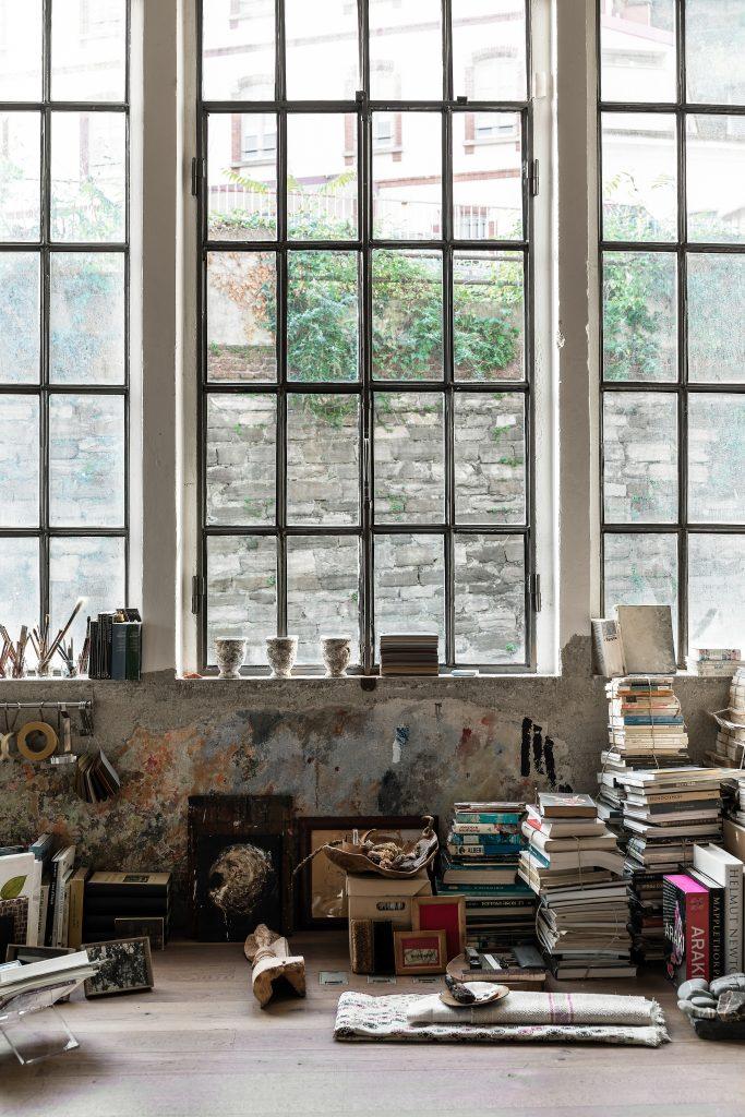 Mieszkanie styl industrialny surowe okna
