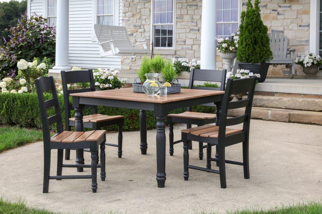 Drewniany stół i krzesła do ogrodu