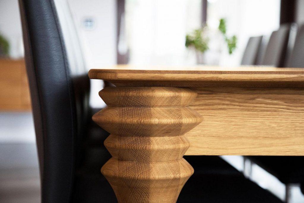 Stół drewniany z nogami