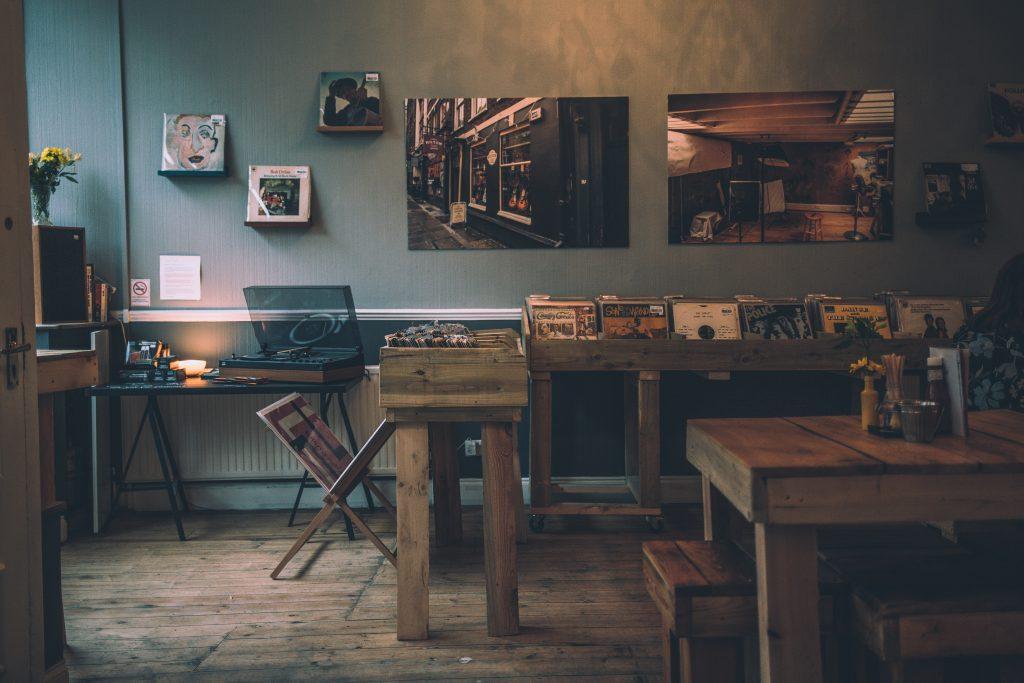 stoliki i stoły drewniane w klimatycznym wnętrzu