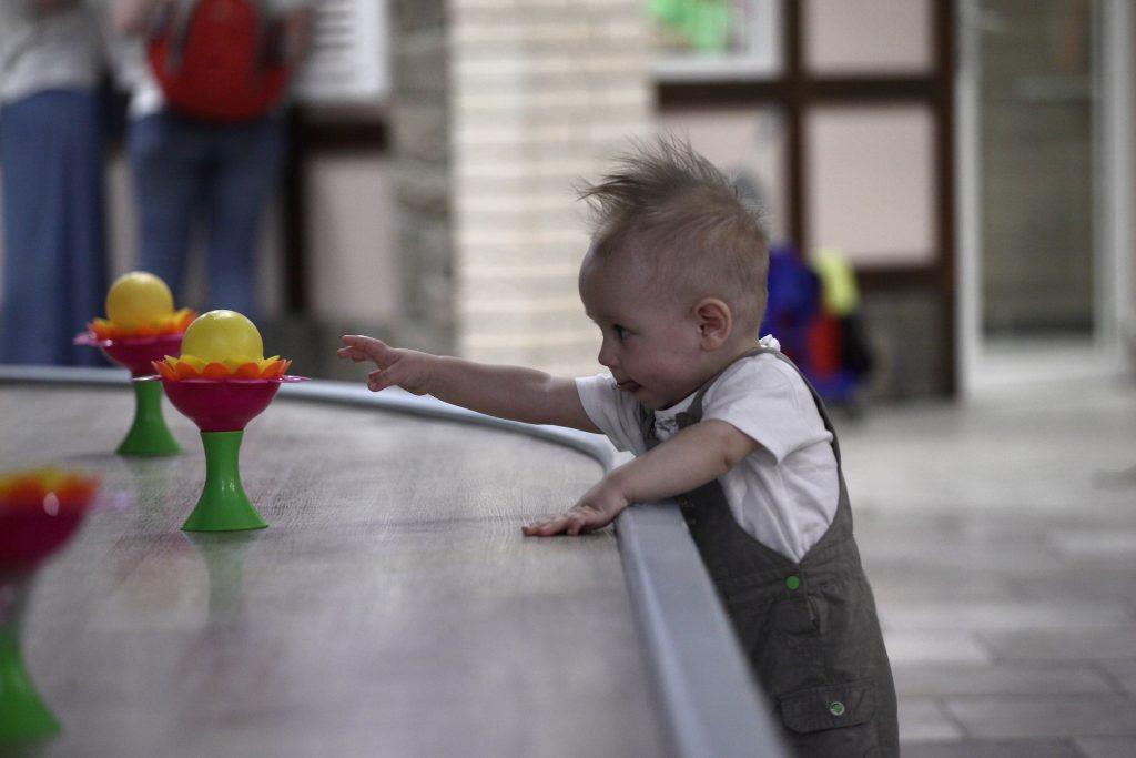Dziecko sięgające po zabawkę