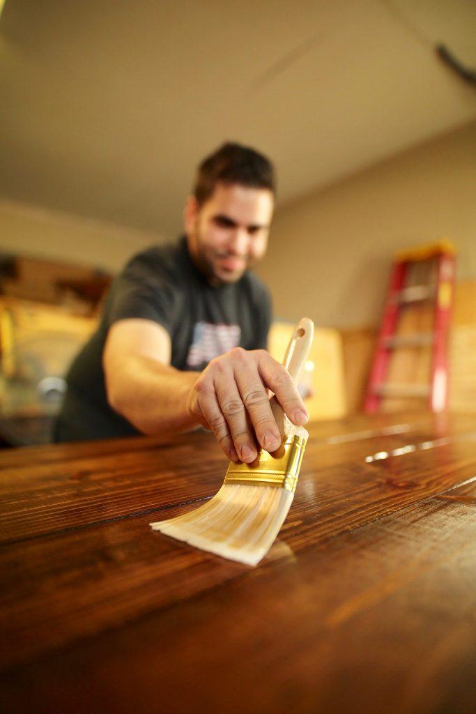 Wykończenie mebli z drewna litego