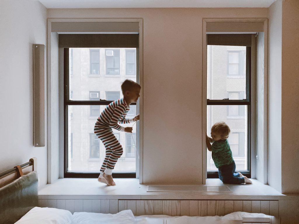 Dzieci bawiące się na parapecie