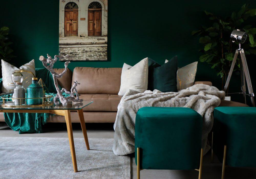 Dekoracje w kolorach głębokiej zieleni i granatu – jak stworzyć przytulne wnętrze z ciemnymi elementami?