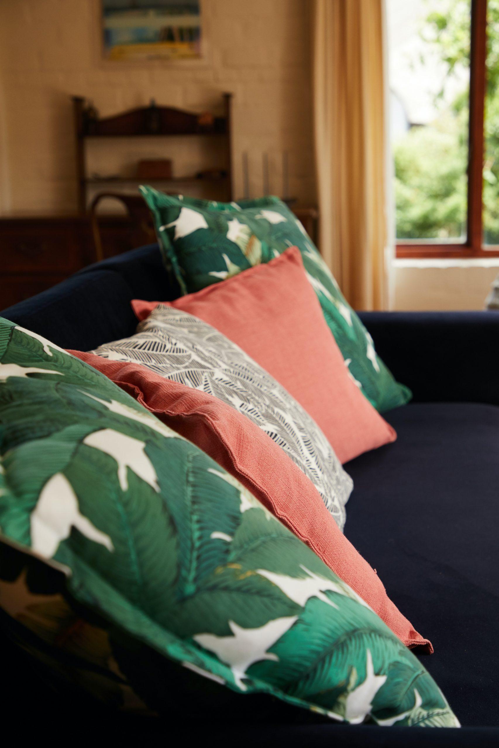 Wśród dekoracji w kolorach głębokiej zieleni i granatu mogą znaleźć się ozdobne poduszki