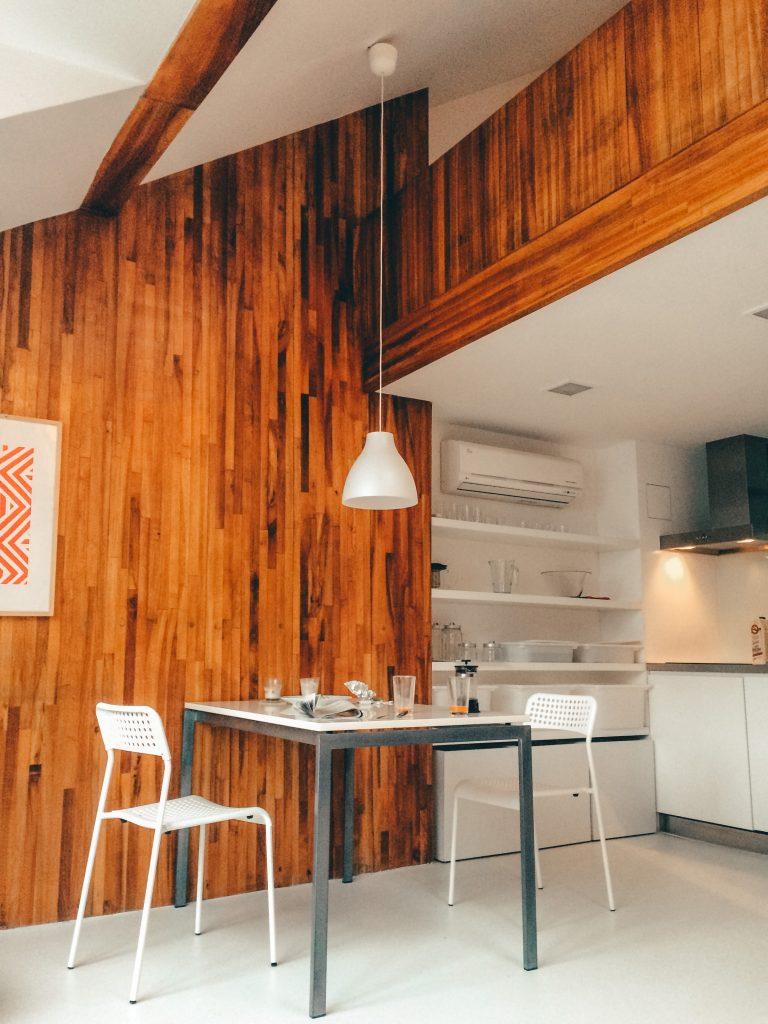Drewno na ścianie w kuchni