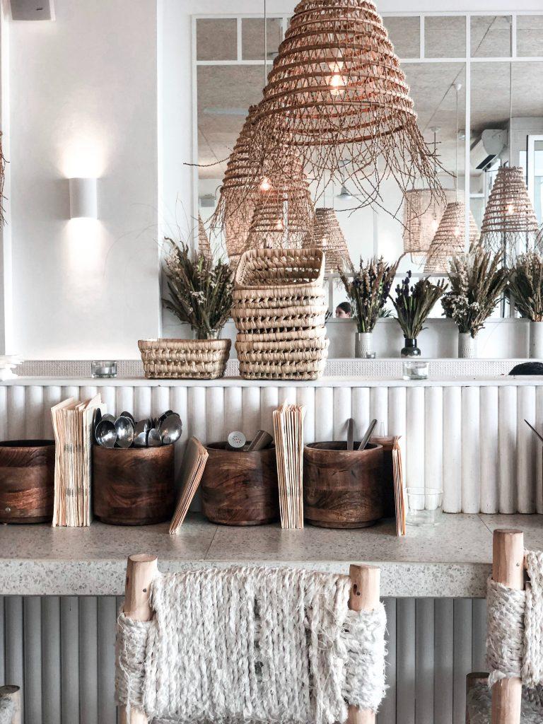 Pomysły na przechowywanie w drewnie i wiklinie - pojemniki
