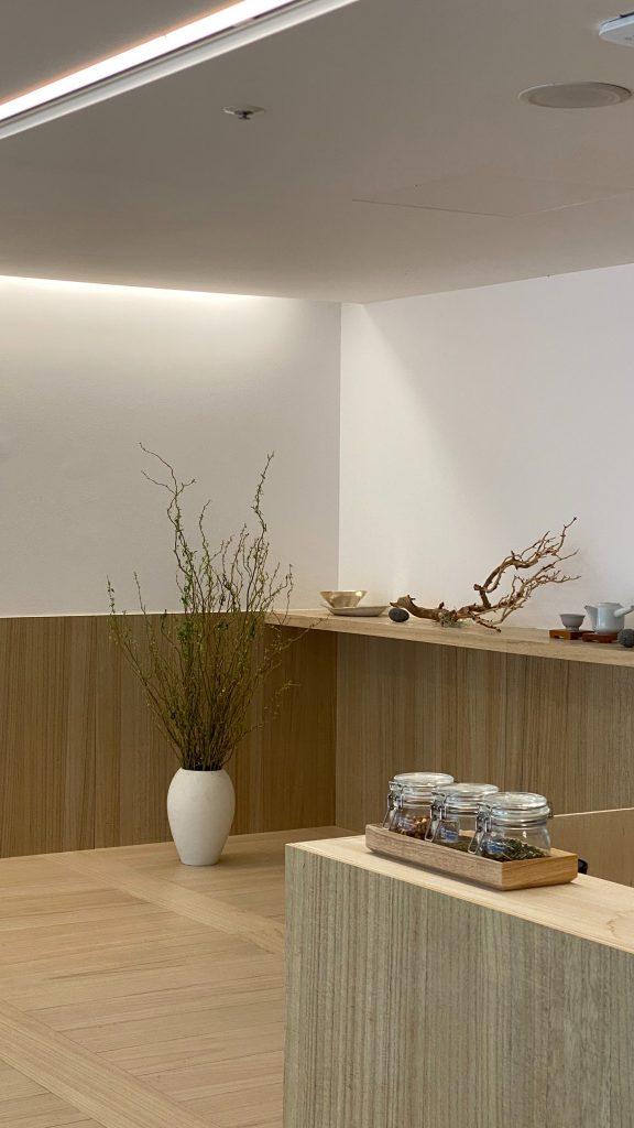 Drewniane panele ścienne w formie lamperii