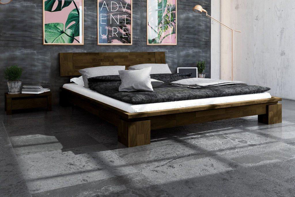 Ciemna pościel i łóżko z litego drewna