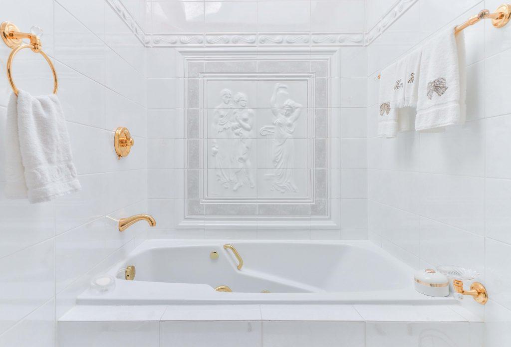 Złota armatura łazienkowa