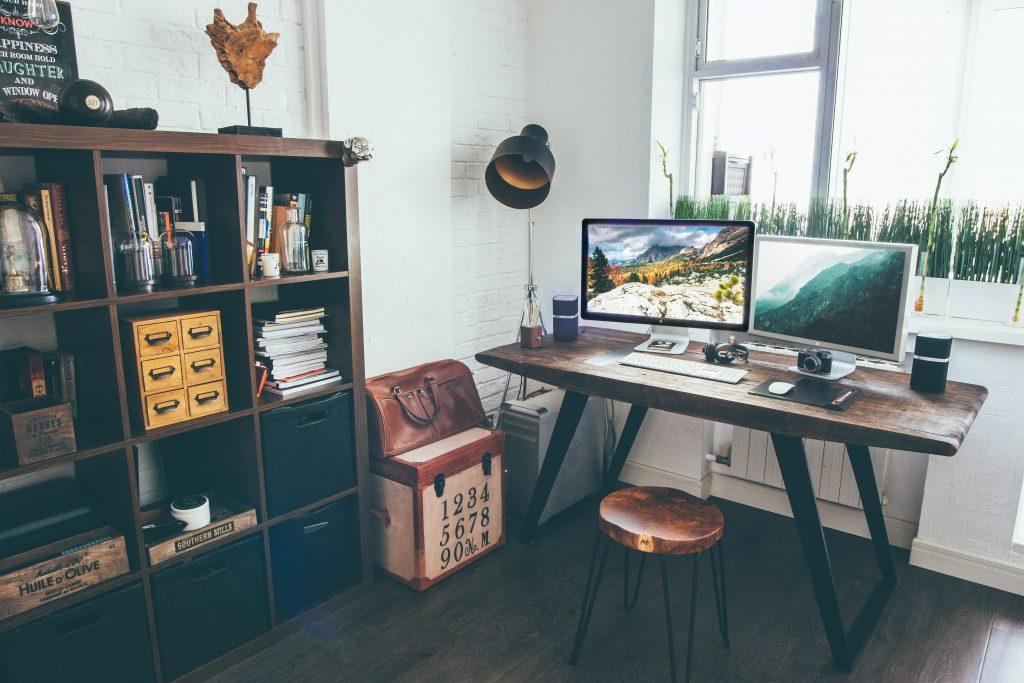 biurko drewniane 2 ekrany
