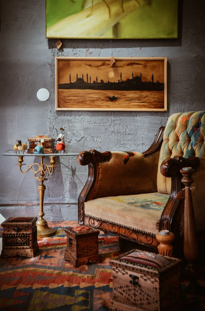 Elegancki fotel drewniany tapicerowany