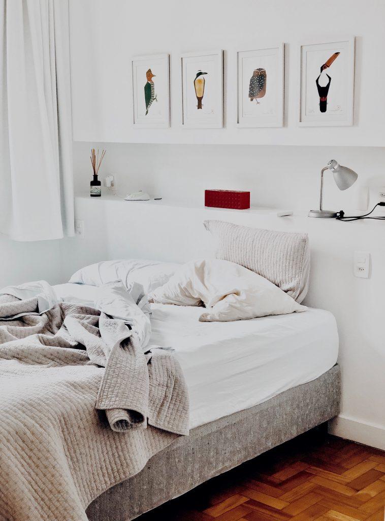 Sypialnia - uniwersalna aranżacja w bieli