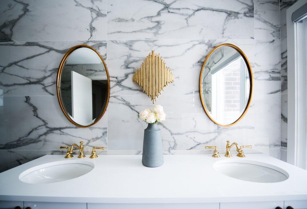 Eleganckie wnętrza - szykowne połączenie złota, mosiądzu, marmuru i drewna