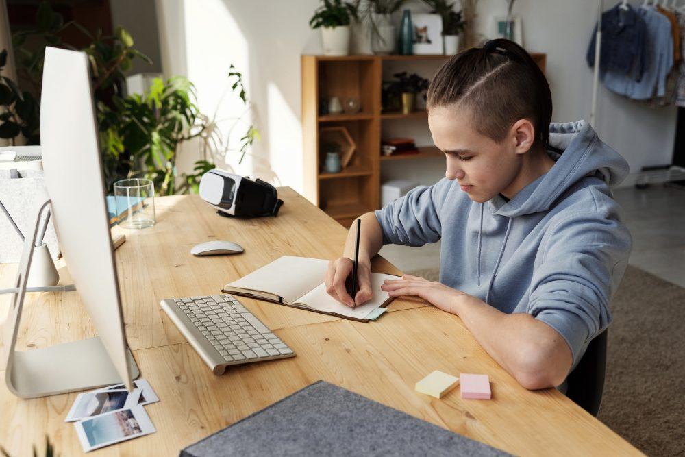 Pokój dla nastolatka i nastolatki — jak go urządzić, umeblować i o czym pamiętać?