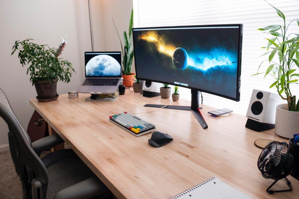 Biurko z drewna do pracy i nauki - czyli jak pogodzić estetykę i względy praktyczne