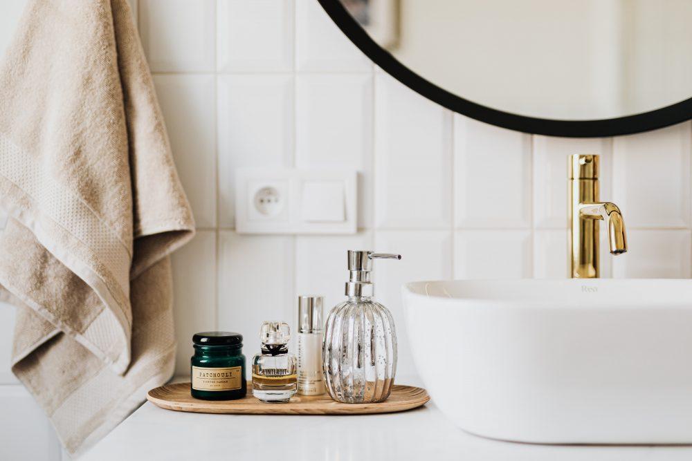 Czarna, złota, mosiężna czy chromowana? Armatura łazienkowa – jaką wybrać i jak o nią dbać?