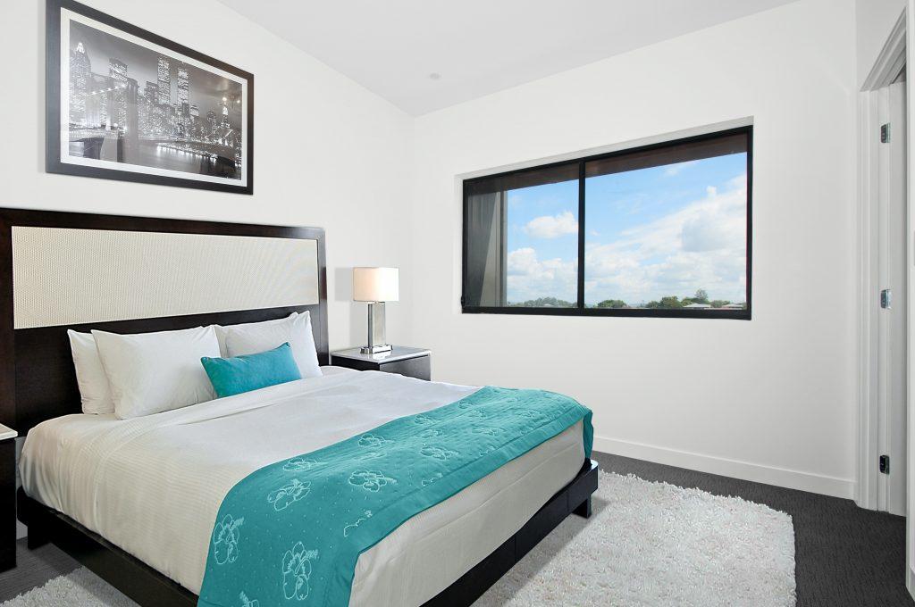 Aranżacja sypialni - łóżko i szafka nocna