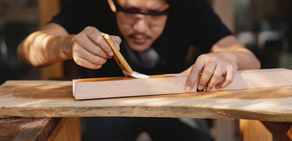 Farby, oleje, lakiery – czym i jak impregnować drewno?