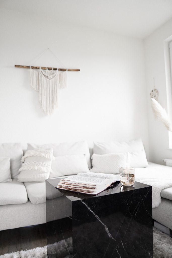 Czarno-biała aranżacja salonu - sofa i stolik kawowy