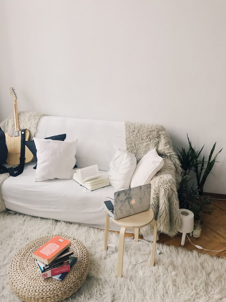 Białe wnętrze - połączenie faktur i materiałów w salonie