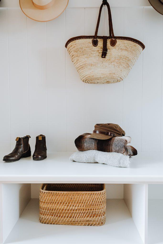 Przedmioty w przedpokoju - ubrania, buty, akcesoria i dodatki