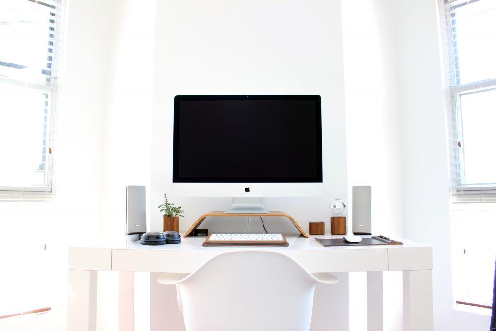 Drewniane gadżety na biurko - aranżacja biurka