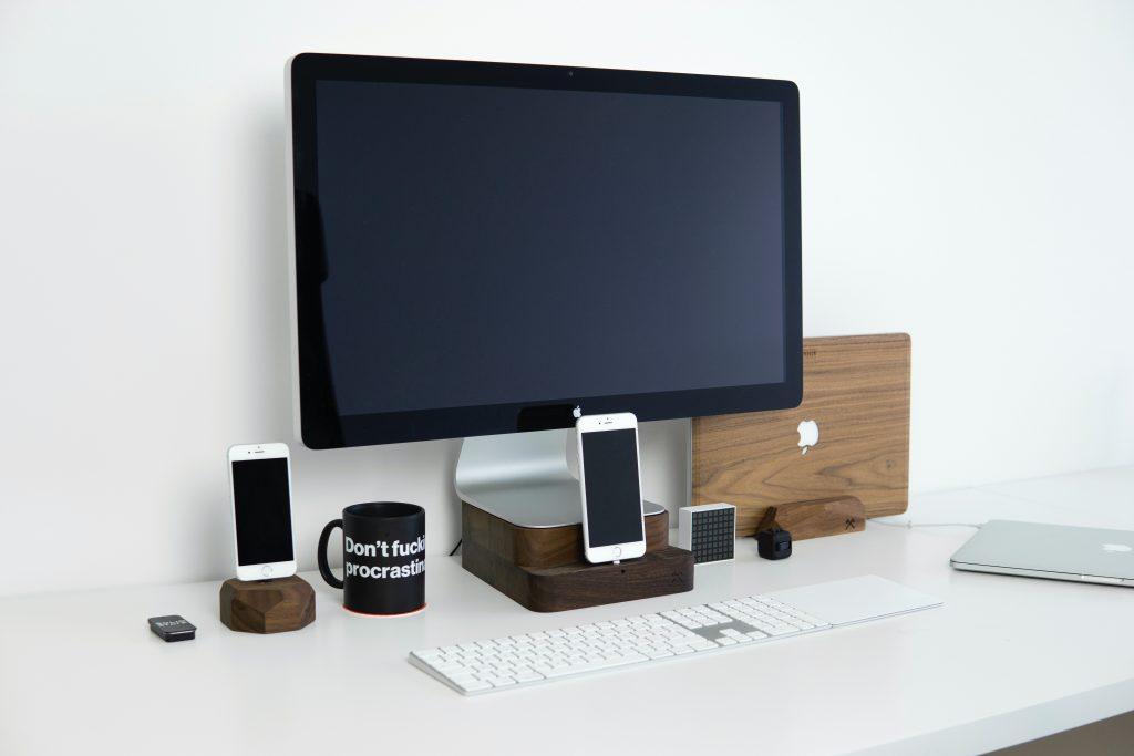 Drewniane gadżety na biurko - stacje dokujące i obudowy