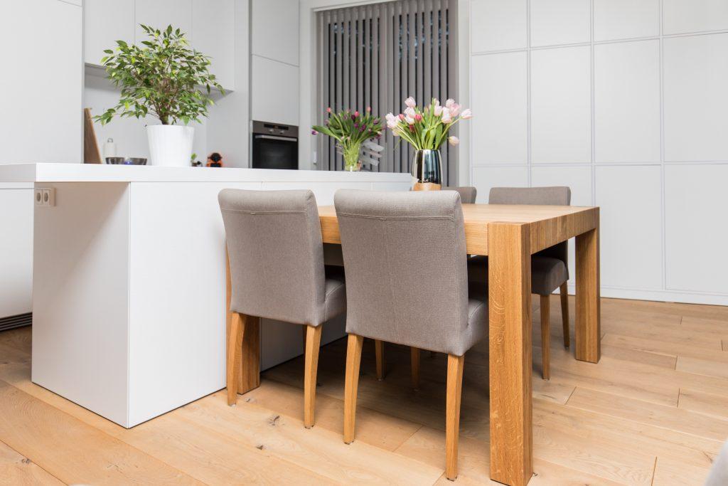 stół przy aneksie kuchennym