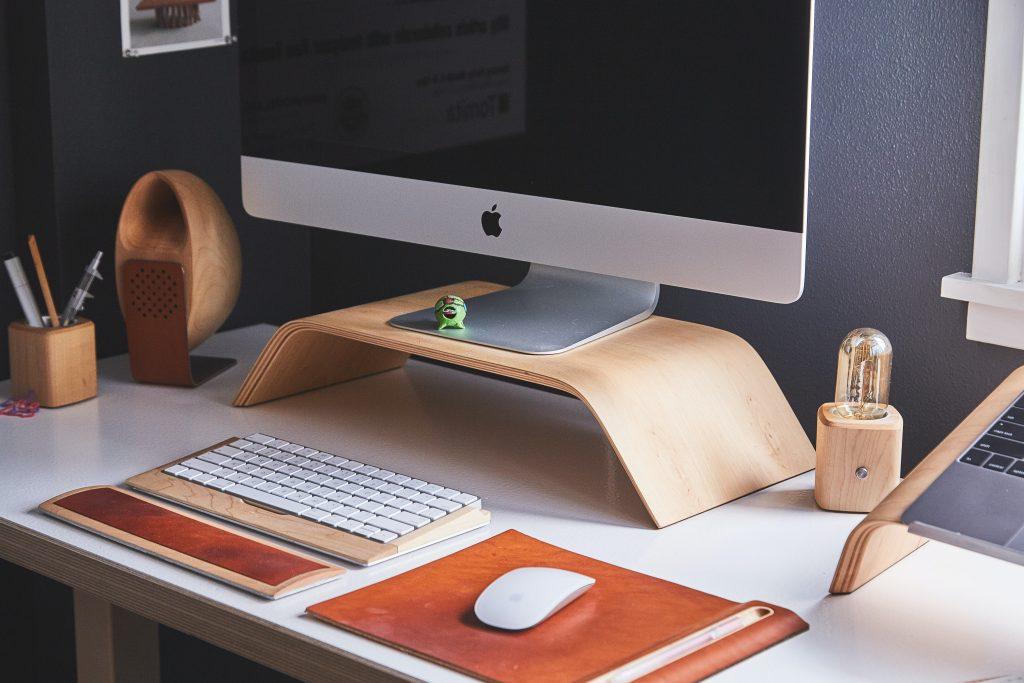 Drewniane gadżety na biurko - estetyczna aranżacja przestrzeni biurowej