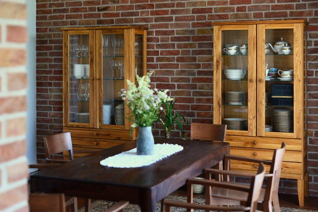 Witryna Odys - drewniany mebel z przeszkleniem