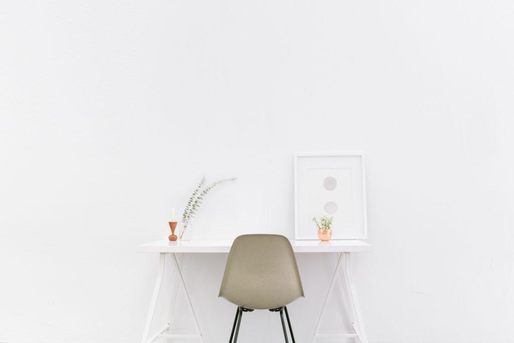 Minimalistyczne biurko i krzesło