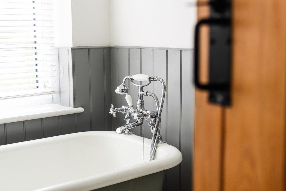Łazienka z oknem - jak zaprojektować intymny kącik kąpielowy