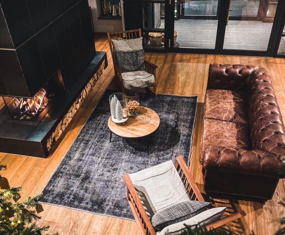 Modny, praktyczny i w odpowiednim rozmiarze – wybieramy dywan do salonu