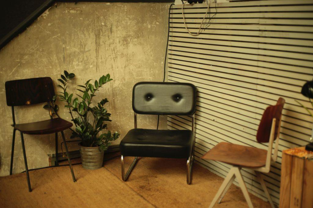 Trzy krzesła w różnym stylu  - loft