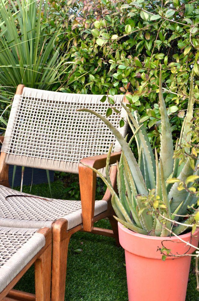 Leżaki drewniane, szezlongi, krzesła - wszystko, czego potrzebujesz do wiosennego wypoczynku w domu