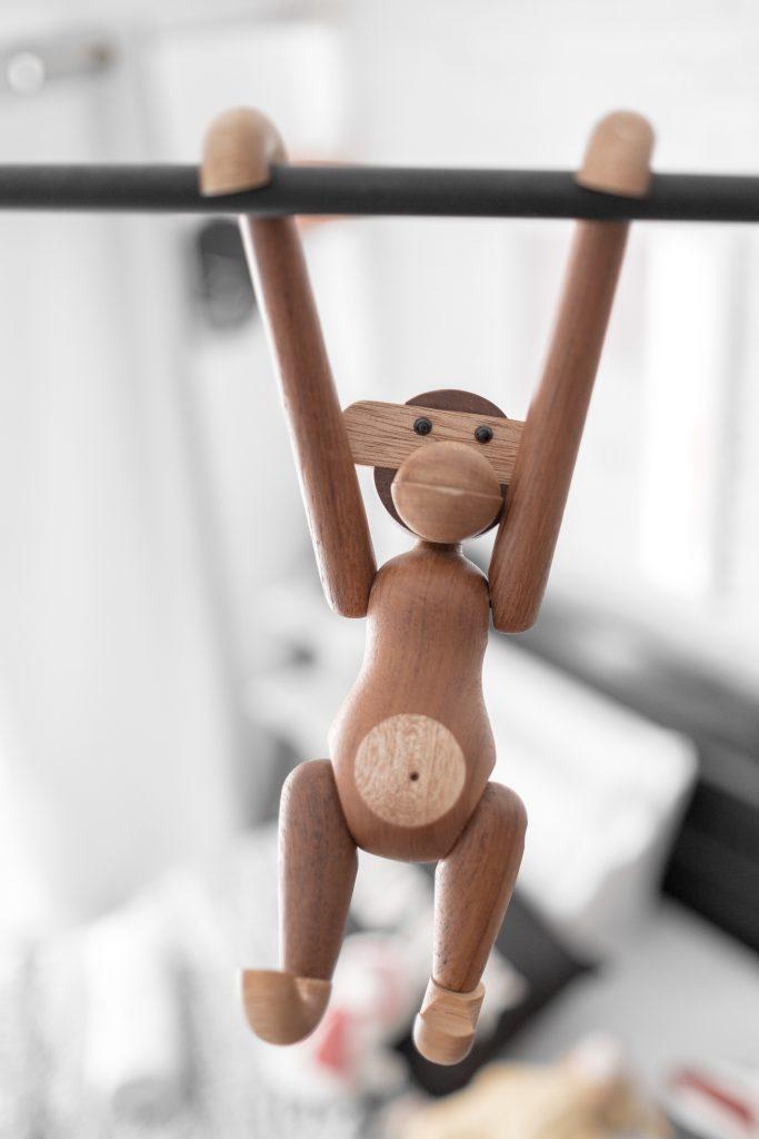 Ruchome zabawki z drewna - małpka