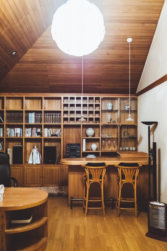 Meble z litego drewna do salonu